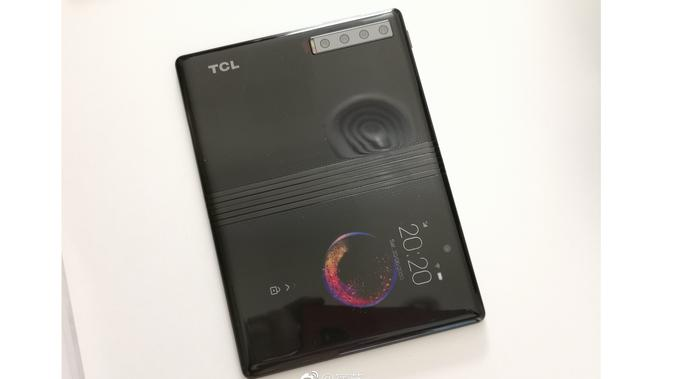Smartphone layar lipat milik TCL bocor di Weibo, perangkat ini kabarnya akan diperkenalkan di MWC 2019 (Foto: Phone Arena/ Weibo)