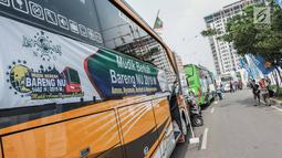 Puluhan bus membawa warga Nahdliyin dalam Mudik Bareng Berkah di Jakarta, Kamis (30/5). Total, Mandiri memberangkatkan 22.964 pemudik Ke kampung halaman pada Idul Fitri 1440 H dengan berbagai moda transportasi, termasuk bis, kereta api, kapal laut dan pesawat. (Liputan6.com/Faizal Fanani)
