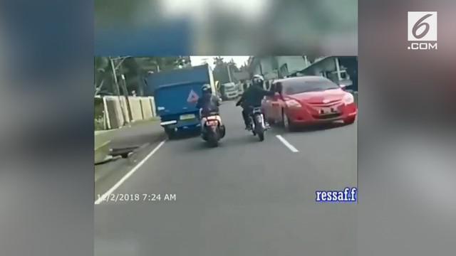 Seorang pemotor yang ugal-ugalan beraksi arogan dengan menghancurkan spion mobil yang melintas. Mobil disangka melawan arah saat sedang hindari kendaraan lain.