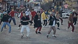 Lagu Shall We Dance milik Block B mempunyai alunan musik latin yang kuat. Sulit untuk tidak ikut bergoyang jika mendengrkan lagu ini. (Foto: soompi.com)