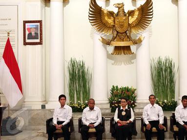Menlu, Retno Marsudi bersama empat korban WNI yang di sandera perompak Somalia saat serah terima korban sandera Perompak kepada keluarga di Kemenlu, Jakarta, Senin (31/10).  (Liputan6.com/Johan Tallo)