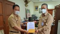 Kepala BKPSDM Kota Depok, Supian Suri menyerahkan SK PJ Sekda Kota Depok kepada Sri Utomo. (Istimewa)