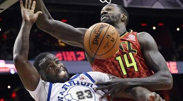 Pemain Warriors, Draymond Green #23 berusaha menghalau bola dari pemain Atlanta Hawks, Dewayne Dedmon #14 pada laga NBA basketball game  di Philips Arena, Atlanta, (2/3/2018). Warriors menang 114-109. (AP/John Amis)