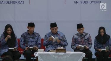 Ketua Umum Partai Demokrat Susilo Bambang Yudhoyono didampingi dua putra dan menantunya dalam acara malam kontemplasi di Pendopo Puri Cikeas, Bogor, Senin (9/9/2019). Acara untuk memperingati HUT ke-18 Partai Demokrat, hari lahir SBY dan 100 hari kepergian Ani Yudhoyono. (Liputan6.com/Faizal Fanani)