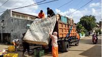 Petugas Dinas Lingkungan Hidup (DLH) Kota Tangerang mulai angkut sampah usai banjir surut. (Liputan6.com/Pramita Tristiawati)