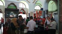 Suasana arus balik 2019 penumpang memadati boarding pass di Stasiun Kejaksan Cirebon. Foto (Liputan6.com / Panji Prayitno)