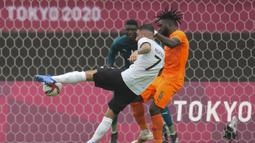 Dalam laga yang digelar di Miyagi Stadium, Jerman tampil menekan di awal laga. Pada menit ke-10 Marco Richter mampu melepaskan tembakan di muka gawang Pantai Gading yang sayangnya masih melebar. (Foto: AP/Andre Penner)