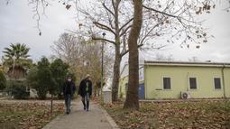 Dua orang tunawisma berjalan di sebuah pusat akomodasi di Istanbul, Turki, pada 21 Desember 2020. Sejauh ini, 350 lebih tunawisma telah ditampung di pusat akomodasi yang sebelumnya diperuntukkan bagi penyandang disabilitas dan keluarga mereka. (Xinhua/Osman Orsal)