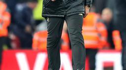 Pelatih Liverpool, Jurgen Klopp tersenyum usai pertandingan melawan Everton pada lanjutan Liga Inggris di Anfield Stadium (2/11). Liverpool menang atas Everton 1-0 berkat gol di detik-detik pertandingan lewat gol Divock Origi. (AP Photo/Jon Super)