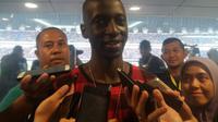Mantan pemain Persib Bandung, Makan Konate hadir menyaksikan laga uji coba melawan Bali United di Stadion Gelora Bandung Lautan Api, Bandung, Sabtu (8/4/2017). (Bola.com/Erwin Snaz)