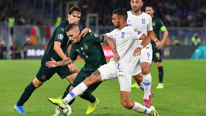 Gelandang Italia, Marco Verratti, berusaha melewati gelandang Yunani, Dimitrios Kourbelis, pada laga Kualifikasi Piala Eropa 2020 di Stadion Olimpico, Roma, Sabtu (12/10). Italia menang 2-1 atas Yunani. (AFP/Alberto Pizzoli)
