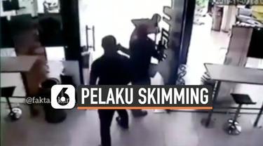 Terekam kamera CCTV, detik-detik pelaku skimming ditangkap oleh beberapa security sebuah mini market di kawasan Kemang, Jakarta Selatan.