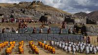 "Sejumlah pemeran melakukan upacara Inca ""Inti Raymi"" di reruntuhan Saqsaywaman di Cuzco, Peru (24/6). Ritual ini dikenal juga sebagai Fiesta del Sol atau The Festival of the Sun. (AP/Martin Mejia)"