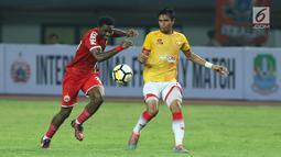Pemain Persija, Osas Saha (kiri) berebut bola dengan pemain Selangor FA, Razman B Roslan saat laga persahabatan di Stadion Patriot Candrabhaga, Bekasi, Kamis (6/9). Babak pertama berakhir imbang 1-1. (Liputan6.com/Helmi Fithriansyah)