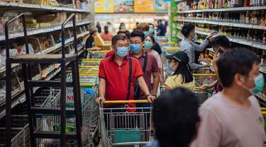 Warga berbelanja di sebuah supermarket di Kuala Lumpur, Malaysia, Selasa (17/3/2020). Malaysia memberlakukan kebijakan restriktif komprehensif termasuk menutup toko-toko dan sekolah-sekolah serta menerapkan larangan perjalanan dalam upaya membatasi penyebaran virus corona COVID-19. (Xinhua/Zhu Wei)