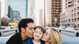 Dalam berbagai kesempatan, Richard Kyle, Jessica Iskandar dan juga anak semata wayangnya El Barack terlihat kerap pergi berlibur bersama.  Ketiganya saat itu sedang berlibur di Los Angeles, California mereka terlihat kompak mencium pipi El. (Liputan6.com/IG//inijedar)