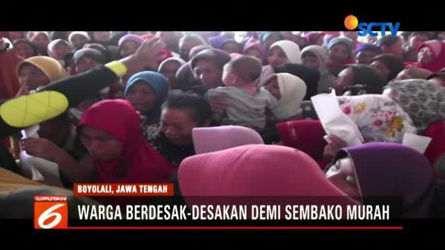 Ribuan warga di Desa Lanjaran, Musuk, Boyolali, Jawa Tengah ini berdesak-desakan demi mendapatkan sembako murah di aula desa setempat. Beberapa warga banyak yang terjepit.