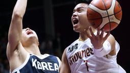 Pebasket putra Indonesia, Andakara Prastawa Dhyaksa (kanan) berebut bola dengan pemain Korea, Ung Heo pada babak penyisihan Grup A Basket Putra Asian Games 2018 di Jakarta, Selasa (14/8). Indonesia kalah 65-104. (Liputan6.com/Helmi Fithriansyah)
