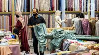 Aktivitas jual beli bahan kain di Pasar Tanah Abang, Jakarta, Kamis (1/4/2021). Kemenperin ingin meningkatkan daya saing industri Tekstil dan Produk Tekstil (TPT) nasional, salah satunya dengan berupaya mengurangi ketergantungan terhadap bahan baku tekstil impor. (Liputan6.com/Johan Tallo)
