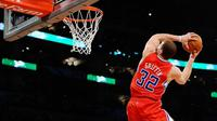 Forward Los Angeles Clippers, Blake Griffin, mencetak 36 poin saat timnya mengalahkan Los Angeles Lakers 115-104 dalam lanjutan musim reguler NBA 2016/2017 di Staples Center, Sabtu (1/4/2017). (Bola.com/Twitter/tonybetcanada)