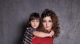 Dengan konsep jelajah budaya, Nia Ramadhani dan Mikhayla mengenakan setelan yang khas budaya Indonesia. Meski dengan style rambut keriting, Nia tetap tampak cantik. Acara eksibisi fotografi tersebut digelar di Central Mall Park pada Agustus 2017 silam. (Liputan6.com/Instagram/@ramadhaniabakrie)