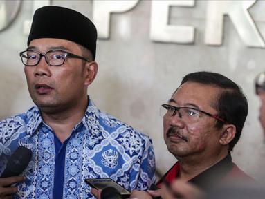 Walikota Bandung Ridwan Kamil memberikan keterangan usai pertemuan tertutup di DPP PDIP, Jakarta, Rabu (3/1). Kamil mengatakan dirinya hanya menyambung bersilaturahmi dan membicarakan topik ringan dengan pengurus PDIP. (Liputan6.com/Faizal Fanani)