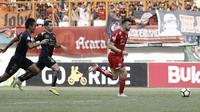 Striker Persija Jakarta, Marko Simic, menggiring bola saat melawan Sriwijaya FC pada laga Liga 1 di Stadion Wibawa Mukti, Jawa Barat, Sabtu (24/11). Persija menang 3-2 atas Sriwijaya. (Bola.com/Yoppy Renato)