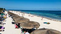 Wisatawan menikmati pantai di Puerto Morelos, negara bagian Quintana Roo, Meksiko (14/2). Kota ini terletak di timur laut negara bagian, sekitar 36 km selatan kota resor Cancún, dan sekitar 30 km utara kota Playa del Carmen. (AFP Photo/Daniel Slim)