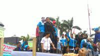 Dede Yusuf, mantan aktor laga itu tampak keluar dari kompleks parlemen dengan dikawal ketat oleh petugas kepolisian dan Pamdal DPR. (Ahmad Romadoni/Liputan6.com)