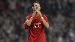 1. Masih berseragam Manchester United, Cristiano Ronaldo tanpa kecewa setelah gagal membobol gawang Chelsea lewat penalti saat final Liga Champions tahun 2008. (AFP/Franck Fife)