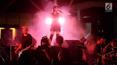 Penyanyi Lara saat membawakan single yang berjudul mencintaimu sampai mati bersama 100 musisi  Indonesia di BSD, Tagerang Selatan, Jumat (9/2). Dalam konser tersebut Lara dan 100 musisi mendapatkan pengakuan rekor MURI. (Liputan6.com/Angga Yuniar)