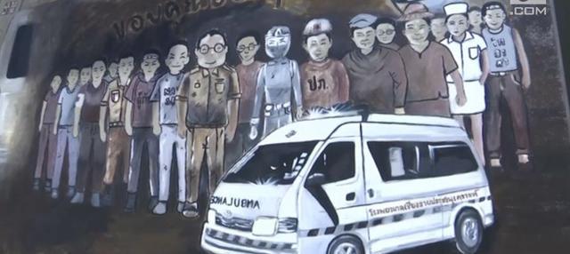 Sekelompok seniman membuat lukisan raksasa. Mereka mengangkat kisah tim sepak bola Thailand terperangkap di gua banjir selama 18 hari.
