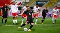 Pemain Kroasia Luka Modric melakukan tendangan penalti ke gawang Malta pada pertandingan Grup H kualifikasi Piala Dunia 2022 di Stadion Rujevica, Rijeka, Kroasia, Selasa (30/3/2021). (Denis LOVROVIC/AFP)