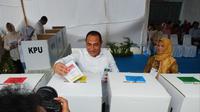 Gubernur Sumut Edy Rahmayadi memasukkan surat suara ke kotak usai mencoblos. (Liputan6.com/Reza Perdana)