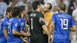 Gianluigi Buffon terlibat adu argumen keras dengan wasit yang memimpin laga Liga Champions melawan Real Madrid FC di Santiago Bernabeu pada Mei 2015 lalu.  ( AFP/Dani Pozo )