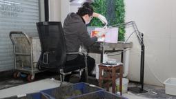 Seorang staf melakukan live streaming sembari membuka kerang mutiara di Wilayah Xiahu, Zhuji, Provinsi Zhejiang, China timur (17/2/2020). Mereka telah meraup lebih banyak pendapatan dibandingkan dengan periode yang sama tahun lalu karena orang lebih suka tinggal di rumah. (Xinhua/Guo Bin)