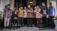 Ketua Umum Partai Demokrat Susilo Bambang Yudhoyono atau SBY (tengah) saat menerima kedatangan capres nomor urut 02 Prabowo Subianto (tiga kanan) di kediamannya di kawasan Mega Kuningan, Jakarta, Jumat (21/12). (Liputan6.com/Faizal Fanani)