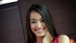 Senyum manis Mawar Eva de Jongh saat melakukan sesi pemotretan dengan Liputan6.com di Jakarta (9/11). Gadis asal Medan, Sumatera Barat ini pun merasa senang dengan menjuarai ajang Miss Celebrity. (Liputan6.com/Yudha Gunawan)