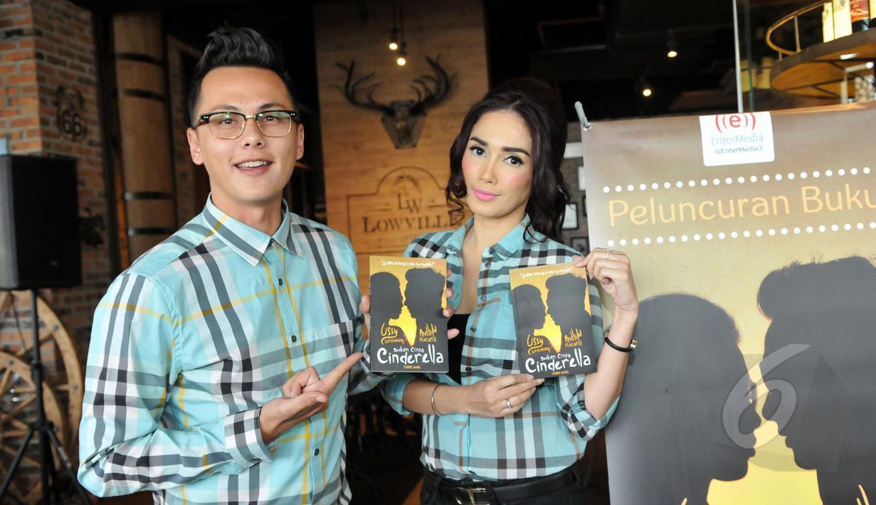 """Pasangan Andhika Pratama dan Ussy Sulistyawati merilis buku biografi mereka berjudul """"Bukan Cinta Cinderella"""" di Lippo Mall Kemang, Jakarta, Jumat (22/5). Buku tersebut menceritakan tentang perjalanan cinta mereka. (Liputan6.com/Panji Diksana)"""