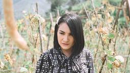 Tak hanya di pantai, mantan istri Markus Horison ini juga senang berlibur di perkebun. Seperti saat ia mengunjungi Villa Bukit Danau, di kawasan Cipanas, Puncak, Jawa Barat.(Liputan6.com/IG/@kikiamaliaworld)