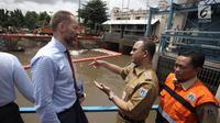 Gubernur DKI Jakarta Anies Baswedan berbincang dengan Duta Besar Norwegia Vegard Kaale saat melakukan kunjungan ke Pintu Air Manggarai, Jakarta, Selasa (30/1). (Liputan6.com/Arya Manggala)
