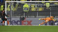 Kiper Manchester United, David De Gea melakukan eksekusi penalti yang mampu ditepis kiper Villarreal, Geronimo Rulli dalam babak adu penalti laga final Liga Europa 2020/2021 di Gdansk Stadium, Polandia, Rabu (26/5/2021). Manchester United kalah 11-12 (1-1) dari Villarreal. (AP/Adam Warzawa/Pool)