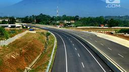 Kendaraan melintasi tol dengan latar belakang Gunung Salak menuju arah Ciawi di kawasan Ciawi Bogor (20/6). Diberlakukannya tol fungsional Bocimi seksi 1 Ciawi-Cigombong untuk memperlancar arus balik lebaran. (Merdeka.com/ Arie Basuki)
