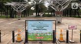 Pengumuman penutupan sementara Taman Lapangan Banteng terlihat di Jakarta, Minggu (20/9/2020). Seluruh taman kota dan hutan kota ditutup kembali untuk sementara terkait pemberlakuan PSBB total di Jakarta guna menekan penyebaran virus covid-19. (Liputan6.com/Immanuel Antonius)