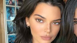 Kendall Jenner mengunggah sebuah foto dirinya di Instagram namun memotong foto Kylie yang bergaya di sebelahnya. (instagram/kendalljenner)