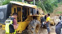 Alat berat untuk menyingkirkan materi longsor di Jalan Harkat Jaya - Urug, Kecamatan Sukajaya, Kabupaten Bogor. (Liputan6.com/ Achmad Sudarno)