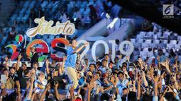 Pengusaha yang juga Cawapres nomor urut 02, Sandiaga Uno melempar jaket kepada kaum milenial pada acara YES 2019 di Jakarta, Rabu (10/4). Acara ini merupakan program inspiratif dengan menghadirkan artis dan pengusaha muda guna mencetak entrepreneur yang handal. (Liputan6.com/Fery Pradolo)
