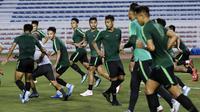 Para pemain Timnas Indonesia U-22 berlari saat latihan di Stadion Rizal Memorial, Manila, Jumat (22/11). Latihan ini persiapan jelang laga SEA Games 2019. (Bola.com/M Iqbal Ichsan)
