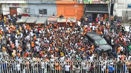 Pendukung Didier Drogba memadati lokasi pendaftaran pencalonan presiden federasi sepakbola Pantai Gading di Abidjan, Minggu (2/8/2020). Pria berusia 42 tahun itu akan bersaing dengan empat calon lainnya. (AFP/Sia Kambou)