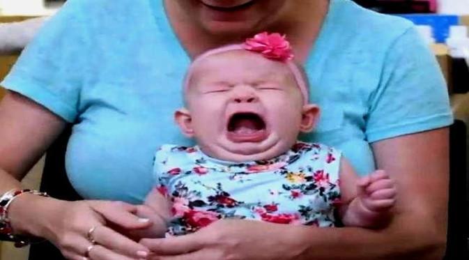 Saking kesakitan tindik telinga, bayi pun menangis. (Foto: printscreen Facebook Piercings)